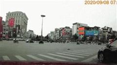 Clip: Nữ tài xế ủn ngã 2 người đi xe máy đang dừng chờ đèn đỏ trên phố Hà Nội