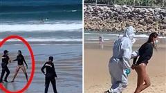 Nhiễm Covid-19, người phụ nữ bất chấp lao ra biển lướt sóng nơi đông người, lúc bị bắt còn chống cự trước khi đối mặt với mức phạt 3 tỷ đồng