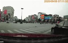 Nữ tài xế húc trúng 2 người đi xe máy đang dừng đèn đỏ