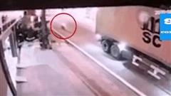 Kinh hoàng khoảnh khắc 2 nữ sinh đi xe máy lao vào xe container dừng đỗ