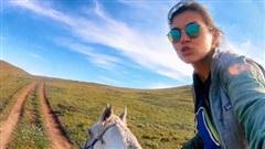 Chuyến hành trình cô độc băng qua Mông Cổ trên lưng ngựa của một cô gái: Thưởng thức cảnh tượng hùng vĩ và luôn đối mặt nguy hiểm rình rập