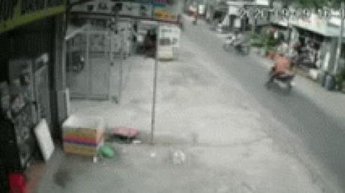 Clip: 2 xe phía sau rủ nhau 'ngã dúi dụi' vì một người sang đường tùy hứng