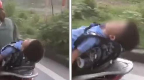 Rùng mình cảnh học trò ngủ gà ngủ gật trên yên xe mẹ, lỡ giật mình một cái là tai nạn như chơi!