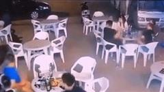 """Hãi hùng cảnh ô tô """"càn quét"""" nhóm người ngồi ăn trên vỉa hè"""