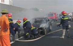 Xế hộp Camry bất ngờ bốc cháy trên đường về quê, nhiều người may mắn thoát chết nhưng mọi tài sản bị thiêu rụi