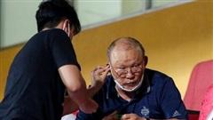 HLV Park Hang-seo gặp rắc rối với tai nghe không dây, phải 'cầu cứu' trợ lý trẻ tuổi