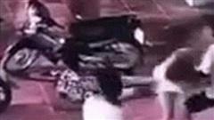 Nhóm người đánh thanh niên nằm gục xuống đường, nạn nhân bất động mà vẫn không được tha