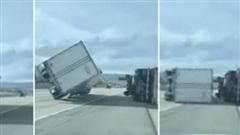 45 xe tải bị lật nhào do bão lớn trên đường cao tốc, 4 lái xe bị thương