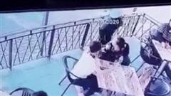 Đang ngồi ăn cùng mẹ, bé gái bất ngờ bị kẻ bắt cóc lao tới túm cổ định lôi đi