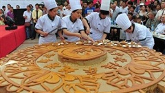Điểm danh loạt bánh Trung thu 'siêu to khổng lồ', có chiếc làm từ 4.000 lòng đỏ trứng với trọng lượng lên tới 13 tấn