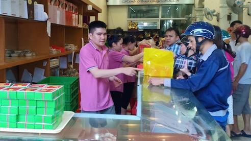 Những tiệm bánh Trung thu cổ truyền ngon nổi tiếng tại ba miền, năm nào khách mua cũng phải xếp hàng như thời bao cấp
