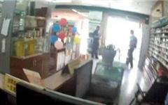 Mượn nhà vệ sinh hiệu thuốc gần 1 giờ, người phụ nữ làm một việc gây sốc