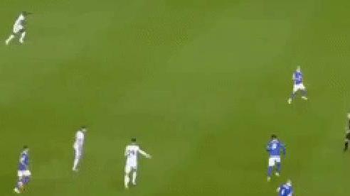 Khoảnh khắc ngôi sao trị giá 70 triệu bảng của Chelsea chuyền bóng cho... biển quảng cáo