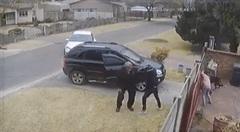 Bị cướp tấn công trước cửa nhà, người đàn ông được 2 chú chó lao ra bảo vệ