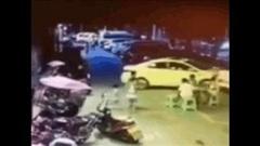 Nữ tài xế lùi xe gây tai nạn liên hoàn, ít nhất 4 người bị thương