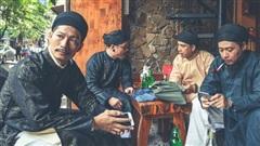 Vừa xôn xao áo dài ngũ thân trở thành trang phục đi làm của nam công chức Huế, dân tình tiếp tục 'bấn loạn' với nhóm nam nhân mặc cổ phục dạo khắp phố Hà Nội