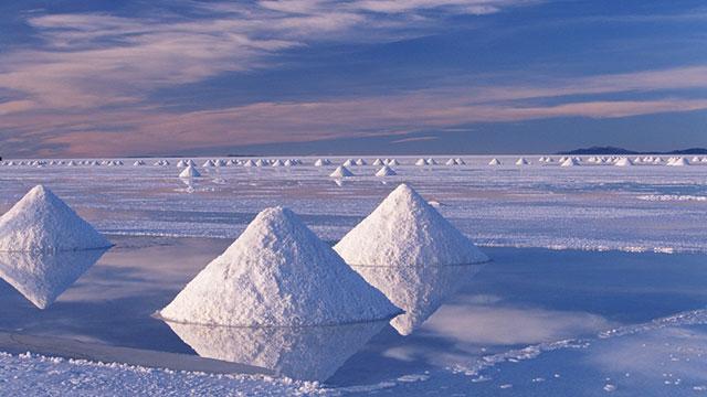 Chiêm ngưỡng vẻ đẹp kỳ ảo của cánh đồng muối lớn nhất thế giới
