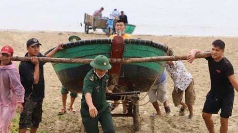 Người Đà Nẵng hối hả phòng chống bão số 5 và mưa lớn
