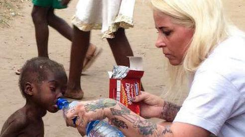 Cậu bé da đen từng bị bỏ đói suýt chết khiến thế giới rúng động ngày ấy giờ thay đổi ngoạn mục, đã thế còn đạt thành tích khó tin ở trường