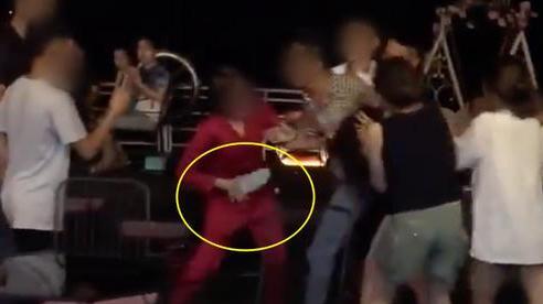 Xuất hiện thêm clip đánh ghen ở Hà Nội: Vợ dẫn 'hội chị em' bắt tại trận chồng hẹn hò bồ nhí, lao vào xé váy 'tiểu tam' mặc chồng xin tha