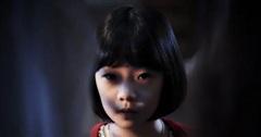 Con gái 8 tuổi hay bảo 'giường chật quá' dù ngủ một mình vào ban đêm, người mẹ âm thầm theo dõi liền phát hiện sự thật nhói lòng