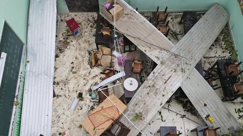 Trường Tiểu học ở Huế tan hoang, cây đổ và tốc mái hàng loạt lớp học do bão số 5