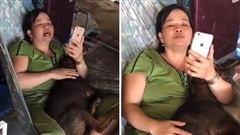 Mẹ ôm 'boss' hát ru, thấy con gái lại gần liền nạt: 'Đi ra cho nó ngủ'