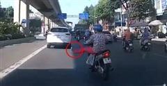Camera giao thông: 'Sốc nặng' với màn 'giơ chân' xin sang đường của nữ tài xế