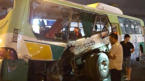 Ô tô tải đâm ngang hông xe buýt ở Long An, 20 hành khách được đưa vào bệnh viện