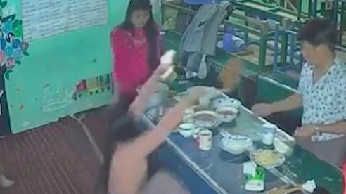 Mải mê chụp hình sống ảo trước khi ăn, người phụ nữ… té bật ngửa khiến dân mạng vừa thương vừa 'cười sảng'