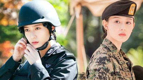Người ta đẹp vì lụa còn Krystal dù diện quân phục vẫn đẹp mê, thậm chí còn có cửa đọ với 'nữ thần quân nhân' Kim Ji Won