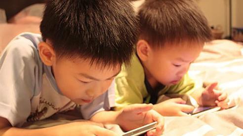 Ngoài việc gây hại mắt, trẻ xem điện thoại hơn 2 giờ/ngày còn vướng phải cả loạt vấn đề nghiêm trọng