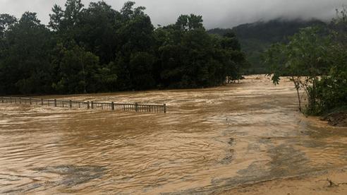Cảnh sát dũng cảm đi dây trên dòng lũ lớn, cứu 9 người mắc kẹt ở huyện miền núi Quảng Nam