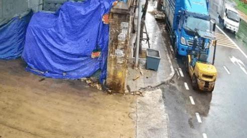 CLIP: Cú drift khó tin của xe tải trên đường trơn và pha 'ghép khít' vào sân nhà dân