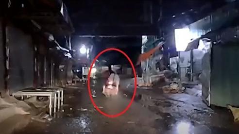 Camera giao thông: Xe máy vọt ga lao như tên bắn, thanh niên ngồi sau bị hất văng xuống đường, nằm bất động