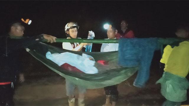 16 trai làng xuyên đêm khiêng cô gái vượt 22 km đường rừng đi cấp cứu