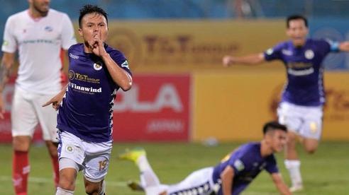 Quang Hải 'bẻ lái' đột ngột khi ăn mừng bàn thắng khiến đồng đội ngã dúi dụi hài hước