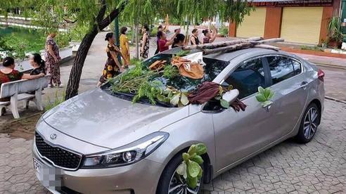 Đỗ ô tô ngoài đường, lúc quay trở lại tài xế 'tái mặt' vì những vật thể lạ bị quăng khắp xe