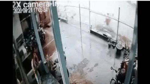 Kinh hoàng 2 người bị lọt xuống cùng đoạn cống, người dân không cứu kịp một phụ nữ