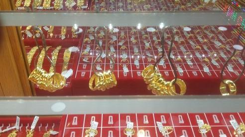 Giá vàng hôm nay 25-9: Bất ngờ đảo chiều, giới  đầu tư bán gần 19 tấn