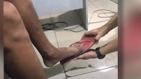 Tên trộm bỏ quên chiếc dép ở hiện trường, cảnh sát lập tức sử dụng kịch bản nàng Lọ Lem ướm giày bắt hắn ngay tại nhà