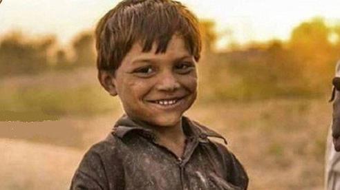 2 lần giả vờ bị thương ở tay khi mới 10 tuổi, nhiều năm sau, cậu bé nghèo nhận được 1 khoản đầu tư lớn từ hàng xóm cũ