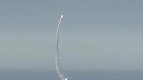Tàu ngầm Nga phóng Kalibr hạ mục tiêu cách 200km trên bờ biển