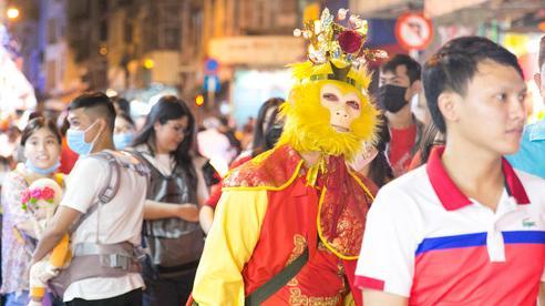 Đến phố đèn lồng Lương Nhữ Học cảm giác như lạc vào 'mê hồn trận': Người bị chặn đầu xe đến ngơ ngác, người lầm tưởng đi nhầm 'hội chợ'?