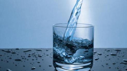 9 lợi ích tuyệt vời của việc uống nước sau khi thức dậy