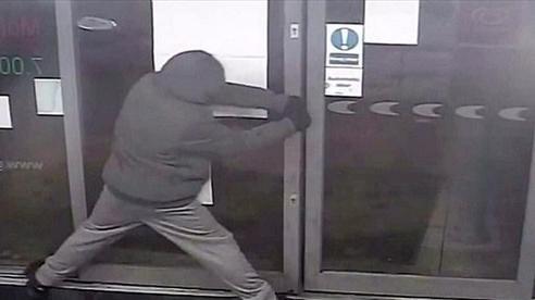 Anh: Tên cướp không thể rời khỏi hiện trường gây án do cửa bị kẹt