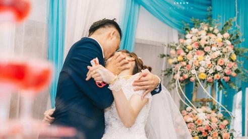 Chú rể trao cô dâu nụ hôn 'cuồng nhiệt' trong lễ cưới khiến quan khách 'giật mình'