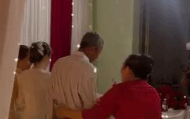 Xúc động khoảnh khắc cha già không dám nhìn thẳng để chụp ảnh, khóc nức nở tiễn con gái về nhà chồng