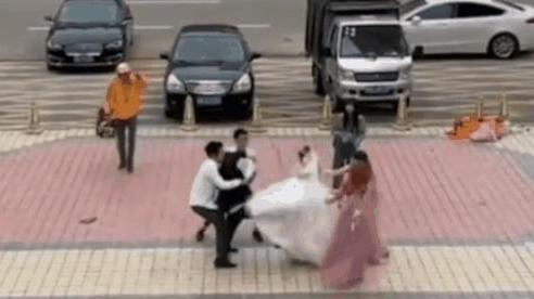Vừa mới đám cưới xong cô dâu đã xách váy lao vào đá chú rể túi bụi, ai cũng thay nhau đoán lý do