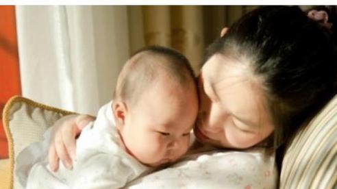 Nhờ bà trông con để đi làm lại nhưng bé ngày càng gầy mòn xanh xao, mẹ điếng người khi biết nguyên nhân do việc bà đã làm